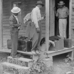 Jack Delano, Migrants with their luggage preparing to leave Belcross, North Carolina for another job at Onley, Virginia, 1940